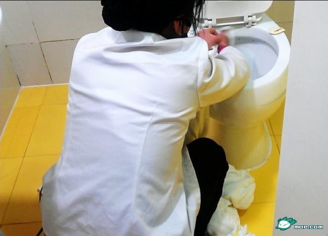 她又把刚才刷马桶的白色长刷放进洗脸池中