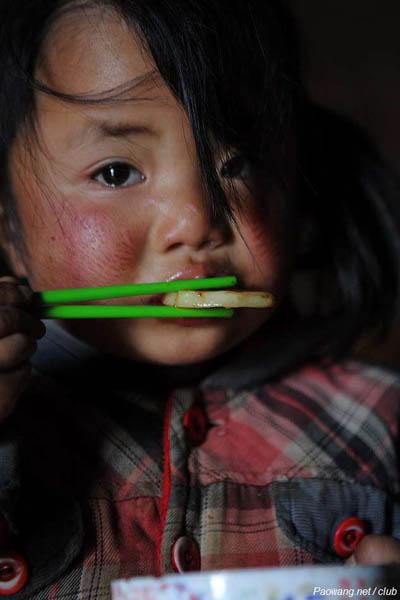饥饿儿童微笑
